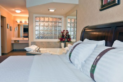 King bed, jacuzzi and bathroom