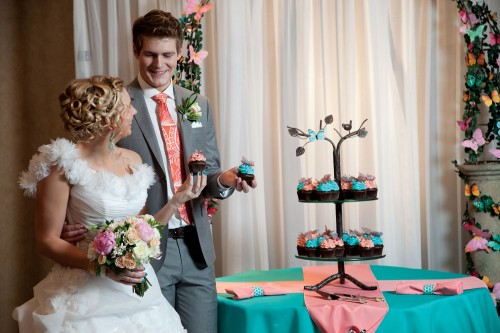 Wedding couple enjoying cupcakes